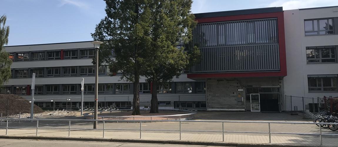 Gymnasium Dresden-Gorbitz Westseite (während der Sanierung)