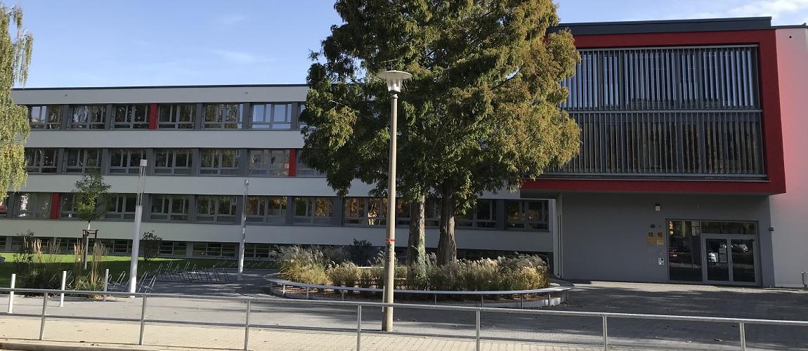 Gymnasium Dresden-Gorbitz Westseite (nach der Sanierung)